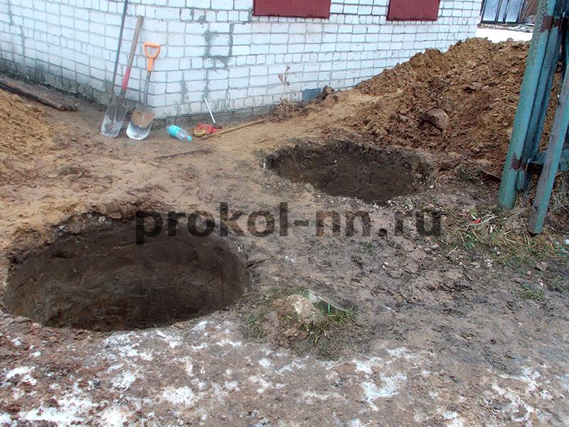 Копка ямы под канализационный колодец